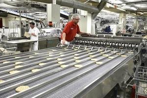 Produktionsledaren Roger Hellström är en av 90 årsanställda i Polarbageriet i Bredbyn. Här kollar han så att inga brödkakor har fastnat i räknaren.