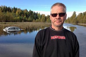 På lördagen stod bilen fortfarande kvar efter att Petter Lindström räddat livet på den 87-åriga man som körde ner i vattenmassorna.