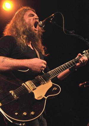 Den dynamiske countryrockern Israel Nash öste på för fullt under Rolling Rootsy Revue festivalen i Östersund i fredags.