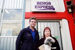 """Benka Hemmingsson och Anette Åsén på Bergs Express har redan känt av ACB Laminats konkurs. """"Varken i dag eller i morgon blir det några järnvägstransporter"""", konstaterar Benka. Med på bilden är också hunden Ozzy.  Foto: Sandra Högman"""