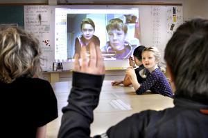 Klassrummet växer. Avståndet på de 35 kilometrarna mellan Leo Edblad och Emil Erneholm på Grisslehamns skola och klassrummet i Björkö-Arholma skola upphör när de använder Skype i undervisningen.