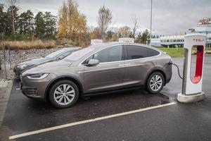 Tesla bygger upp en egen laddstruktur. I Gävle finns en supercharger där vi laddade upp batteriet till 80 procent på 35 minuter,