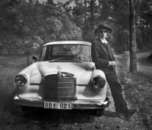 Bruno K Öijer vid sin gamla Mercedes från 1965. Bilden är tagen av hustrun Maya Eizin Öijer.