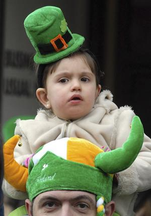 Festen är över. I går firade irländare världen över S:t Patricksdagen, men de svåra ekonomiska problemen i Irland och andra euroländer leder till beslut om mer samordning och central kontroll.foto. scanpix