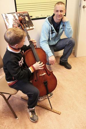 Pappa Jonas Lundh hoppas att sonen Lukas Stenbacka väljer ett mindre och tystare instrument.