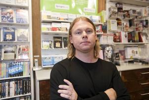 Ingela Forslund, butikschef på Eurosko menar att fler tittar istället för att köpa.På film- och musikbutiken Rocks jobbar Janne Muhrén. Försäljningen har ökat något sista tiden, men det beror nog på Ipred-lagen, förklarar han.