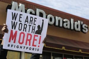 Låglönearbetare i USA har under lång tid drivit en kampanj för höjda minimilöner. Nu föreslår demokraternas presidentkandidat Hillary Clinton en höjning av minimilönerna från 7,25 dollar till 12 dollar i timmen.
