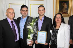 """Tacksamma. """"Utan våra föräldrar, Saeid och Layla, hade vi inte klarat det här"""", förklarade bröderna Ranin och Rami Kada, här flankerade av stolta föräldrar, när de fått diplom, prischeck och blommor.Foto: Jan Ernheimer"""
