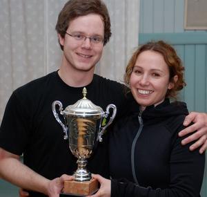 Året pingisvinnare i NTO-Gården, Ida Kielersztajn och Nicklas Persson.