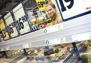 Huruvida fiskkonsumenten har blivit mer medveten råder det delade meningar om. Henrik Stööp på Ica Maxi i Hemlingby menar att kunderna i första hand tittar på priset.