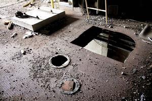 Metallgolven är perforerade av skärbrännare i jakten på värdefulla metaller.