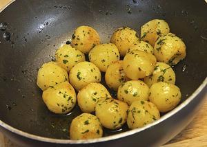 Handskurna pommes parisienne är inte vanliga i dag. Har man tålamod och det speciella verktyget är det ett smakfullt sätt att servera stekt potatis.   Foto: Dan Strandqvist