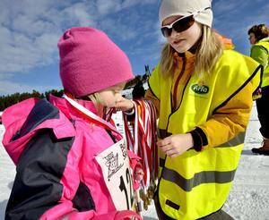 När Minell Brückner passerade mållinjen fick hon en medalj av Maja Bergqvist.