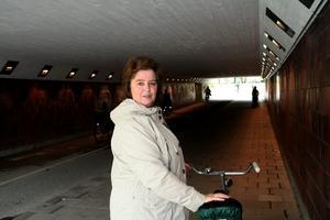 Sylvia Johansson åker ofta i Vasatunneln.- Jag tycker att den här tunneln är otäck, det är så dålig sikt. Flera gånger har jag funderat på om jag ska gå av och leda cykeln i stället.