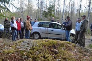 Spökplats. Enligt sägen mördades tre vandrare vid tremänningsstenarna, berättade Per Bergström (mannen med hatten).