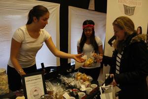 Tjejerna från Baking Express kom på tredje plats i tävlingen ''Bästa UF-företag'' och blev samt vinnare i ''Folkets favorit''. På bilden tar Marija Pejic betalt av en lussekatt-sugen kund.