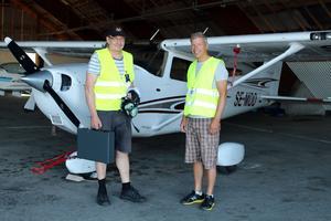 Pilot Jouni Määttänen och spanare Anders Jonsson är tillbaka nere på marken igen efter en lyckad brandflygning.