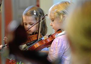 Det krävs koncentration för att spela fiol. Här är det Mira och Maija som framför Råttan Agaton.