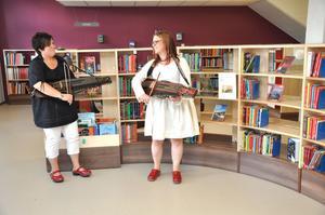 SÅNGLETARE. Innan priscermonin kom igång spelade Maria Larsson och Maria Hallengren, båda Hållnäs, för biblioteksbesökarna. De båda får 15 000 kronor för att ta fram gamla visskatter från Tierps kommun.