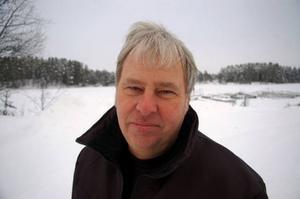 """Med fem mil till hälsocentralen i Strömsund och bara två mil till hälsocentralen i Dorotea tänkte Reidar Näslund i Hoting att det givetvis var bäst att lista sig i Dorotea, nu när det fria vårdvalet är infört. """"Men det går inte, länsgränsen sätter stopp för det. Och då existerar ju inte det fria valet för oss i ytterkanterna"""", säger han uppretat. Foto: Catarina Montell"""