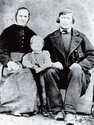 SANDVIKENS URINVÅNARE. Bonden och nämndemannen Olof Olsson med hustrun Anna Svensdotter, båda födda 1822, och en av deras två döttrar. De bodde på Lass- Ollasgarden innan järnverket byggdes. Gården var Sandviken och Olof Olssons familj var de enda människorna som bodde i området 1860.