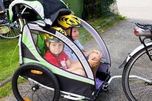 Liam och Elias, barnen i familjen elcykel.