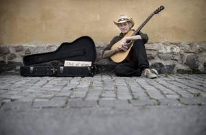I gitarrlådan har Doug Seegers en handskriven skylt där det står
