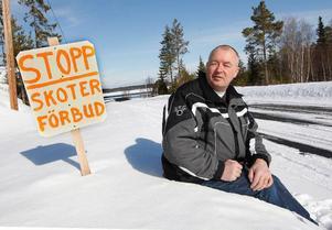 """""""En sådan här hemma-gjord skylt mot skotrar skulle man aldrig hitta  i Skellefteåtrakten där jag är ifrån"""", säger Jan Sund. """"Men här i länet finns ett stort skotermotstånd"""".Foto: Jan Andersson"""