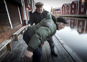P: Lennart har go lust å plösa iväg Petters-Börje i kanalen.
