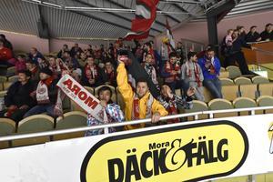Det var i november som Morakniv tillsammans med Mora IK bjöd in flyktingarna i Gesunda på en hockeymatch.