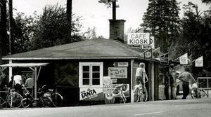 Längs gamla Tjärnavägen i höjd med sandtaget låg under många år Tjärna kaffestuga. Bilden är tagen 1978.