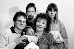 UR ARBETARBLADET 2 JANUARI 1991. Linnéa Jonsson kom till världen klockan 6.33 på nyårsdagens morgon och blev Gästriklands först födda 1991. På bilden är hela familjen samlad: mamma Lena, pappa Staffan och syskonen Linda och Andreas. (I dag finns även lillebror Jonas med.)
