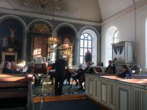 Charles Liljedahl dirigerade några av styckena som Stockholms symfoniorkester i Bergsjö kyrka spelade utan körsång till.