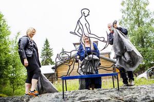 Kommunens kultursamordnare Marie Abrahamsson samt Pia Enocson och Leif Persson hjälptes åt att avtäcka konstverket.