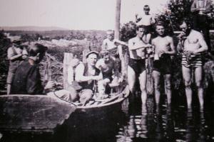 Badlivet vid Norsbron i Edsbyn var livligt på 1930-talet. Harry Ekholm bistod med korv och kaffe från ekan, där han syns sitta på den här bilden.