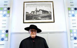 Rektor Lena Wikner under en bild av hur Norra skolan såg ut ursprungligen. Foto: Henrik Flygare