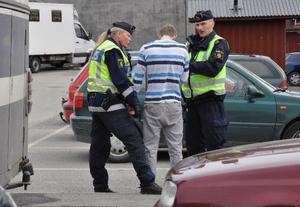 Närpolischef Eva Helin och en kollega tar uppgifter från den yngling som blev värst tilltygad under slagsmålet.