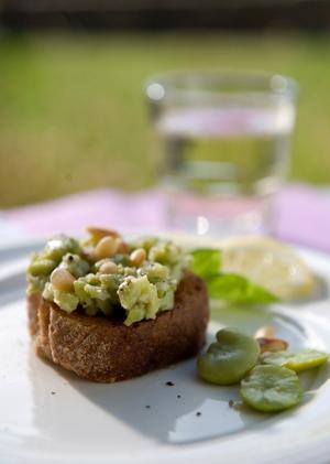 Bondbönor är en fantastisk sensommarprimör. Mosa dem lätt och servera på bruschetta.