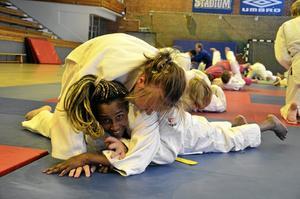 Försvar. Under lördagen tränade cirka femtio personer judo i Kumlahallen. Under dagen fick deltagarna också gå en självförsvarskurs. Foto: Emma Lindström