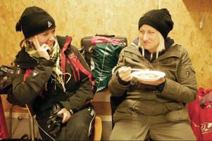 Två av föräldrarna, Margaretha Dahlén och Helen Wennberg, passar på att provsmaka den goda köttsoppan, med klimp.