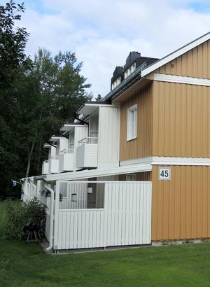 Uteplatser har byggts, och fasader och tak gjorts om.