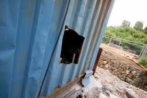 Uppsågat. Tjuvarna tog sig in i containern genom att såga upp ett hål. Foto: Elin Hofferek
