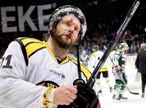 Brynäs Jonathan Granström efter att ha träffats av en skridsko i ansiktet i slutspelet 2017. Det var i slutspelet året efter som han ådrog sig en hjärnskakning, som sedan dess hållit honom borta från hockeyn. Bild: Adam Ihse / TT
