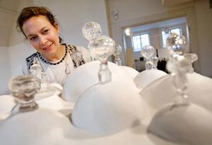 """""""Grandmothers savings"""" ger konstnären Pia Hedström associationer till ett dukat bord i en svunnen kolonialtid.  """"Jag föddes i Sydafrika och skulpturen påminner också om den skuld jag kände som barn under apartheidpolitiken"""", säger hon."""