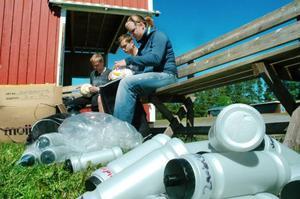 I dag inleds den 30:e upplagan av fotbollsveckan i Oviken. I går arbetade ledarna med att få allting färdigt. Här märker Jonas Olsson, Anton Olsson och Anna-Sara Carlsson deltagarnas fotbollar, vattenflaskor och sportväskor.