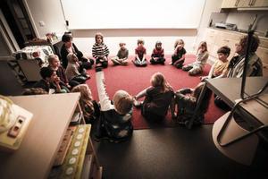 Morgonsamling för ettorna första dagen i nya klassrummet.