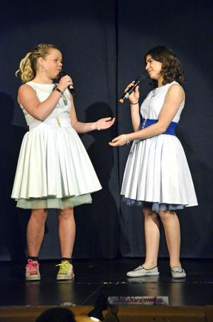 Binder ihop. Bianca Green och Aya Winssi fungerar som berättare och binder ihop de olika scenerna i Sommaräventyret. Bild: JAN WIJK