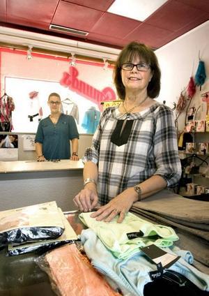 SEN PENSIONERING. Karin Osmund gick egentligen i pension för flera år sedan, men det har dröjt länge innan hon hittat någon som kan ta över klädbutiken hon drivit i 33 år. Nu lämnar hon över till Jenny Eklöf.