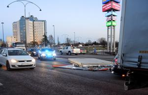 Lastbil tappade last på rv 50 vid Kupolen/Ikea i Borlänge.
