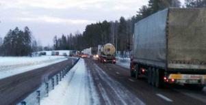 Det blev snabbt långa köer i morgontrafiken på E4 efter olyckan strax norr om Tönnebro.